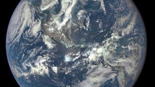 «Earth-DSCOVR-20150706-IFV» par NASA — http://www.nasa.gov/sites/default/files/thumbnails/image/187_1003705_americas_dxm.png. Sous licence Domaine public via Wikimedia Commons - https://commons.wikimedia.org/wiki/File:Earth-DSCOVR-20150706-IFV.jpg#/medi