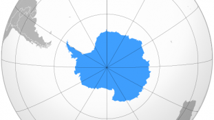 «Location Antarctica» par Bosonic dressing — Travail personnel. Sous licence CC BY-SA 3.0 via Wikimedia Commons - https://commons.wikimedia.org/wiki/File:Location_Antarctica.svg#/media/File:Location_Antarctica.svg